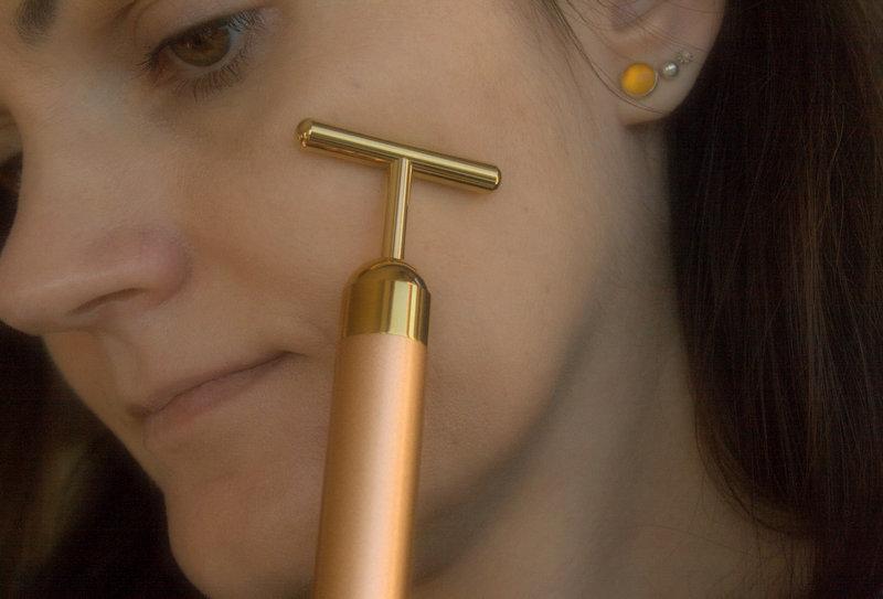 Pulsacyjny masażer do twarzy z 24-karatowym złotem