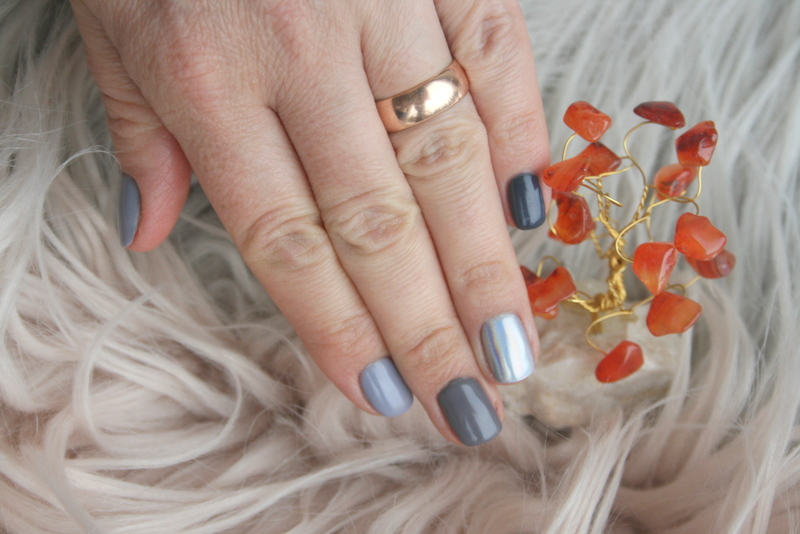 szary manicure i lawendowe włosy